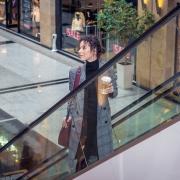Девушка на эскалаторе, фотосессии предметки одежды