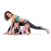 йога с детками: идеи для семейного фото