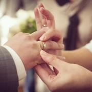 свадебное фото надевание колец на мужа