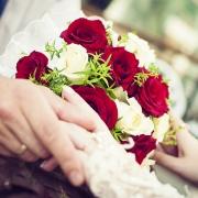 свадебный букет невесты из красных и белых роз